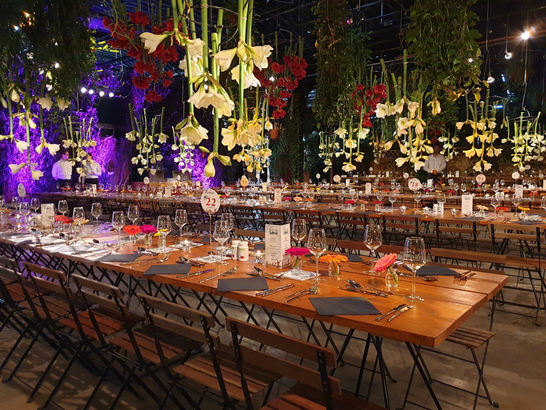 diner in de Arendshoeve voor grote groepen met veel bloemversiering en decoratie op maat