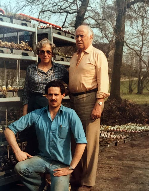 Jacob van Zijverden met ouders bij zomerbloeiers