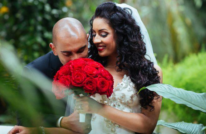 Reshma en Avinash trouwen op het podium in romantische groene trouwlocatie (9)