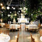 Trouwen in een kas romantisch met planten en kaarsen